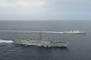 USS_Rodney_M._Davis_(FFG-60)_with_Indonesian_corvette_KRI_Sultan_Hasanuddin_(366)_in_Strait_of_Malacca_in_October_2014